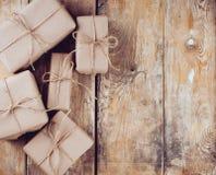 Caixas de presente, pacotes postais na placa de madeira Fotografia de Stock