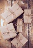 Caixas de presente, pacotes postais na placa de madeira Fotografia de Stock Royalty Free