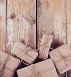 Caixas de presente, pacotes postais na placa de madeira Imagens de Stock Royalty Free