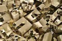 Caixas de presente de prata de alumínio decoradas com fita como uma decoração em uma janela do boutique imagens de stock royalty free