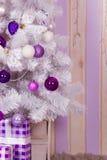 Caixas de presente sob a árvore de Natal Imagens de Stock Royalty Free
