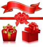 Caixas de presente vermelhas com fita e curva vermelhas. Imagens de Stock