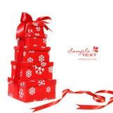 Caixas de presente vermelhas empilhadas com fita vermelha Imagem de Stock