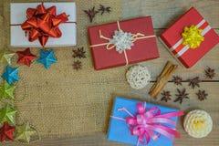 Caixas de presentes coloridas com fitas e feriado fotografia de stock