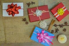 Caixas de presentes com as fitas para o feriado do Natal foto de stock