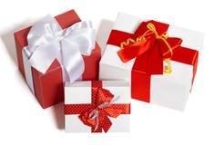 Caixas de presentes com fita e curva no fundo branco Imagens de Stock Royalty Free