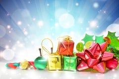 Caixas de presentes do Natal no fundo azul imagem de stock