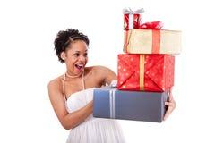 Caixas de presentes novas da terra arrendada da mulher do americano africano Imagens de Stock