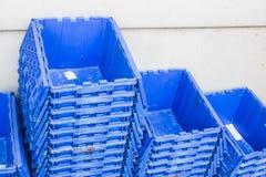 Caixas de transporte plásticas para logísticas da entrega, caixa plástica azul fotografia de stock royalty free