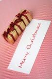 Caixas do ano novo com um cartão congratulatório Foto de Stock