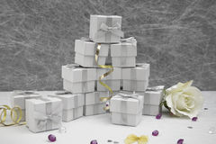 Caixas do favor do casamento em uma toalha de mesa branca Foto de Stock