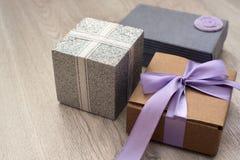 Caixas do feriado com os presentes no fundo de madeira Fotografia de Stock Royalty Free