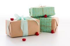 Caixas do ofício com presentes Presentes e corações imagens de stock royalty free