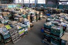 Caixas dos livros, esperando para ser classificado no armazém de Bookcycle Reino Unido Imagem de Stock