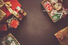 Caixas e caixa do presente de Natal com os brinquedos de madeira no fundo marrom fotos de stock royalty free