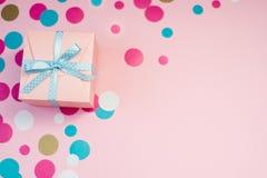 Caixas e confetes decorados no fundo cor-de-rosa fotos de stock royalty free