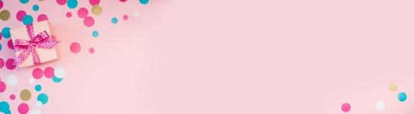 Caixas e confetes decorados no fundo cor-de-rosa ilustração royalty free