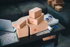 Caixas e equipamento do pacote para empacotar colocado na tabela fotografia de stock