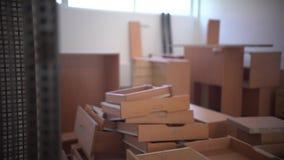 Caixas e equipamento no assoalho do espaço de escritórios vazio video estoque