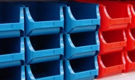 Pilha-loja-caixa-plástico imagem de stock royalty free