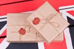 Caixas, envolvidas no ofício o papel, fixado com packthread com um wa Foto de Stock