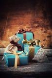 Caixas festivas do Natal no fundo de madeira Imagens de Stock
