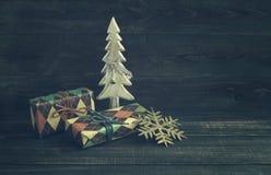 Caixas festivas no papel colorido com uma árvore decorativa de madeira do ano novo Imagem de Stock Royalty Free