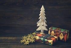 Caixas festivas no papel colorido com uma árvore decorativa de madeira do ano novo Imagem de Stock