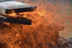 Caixas militares de madeira ardentes da munição A chaminé ardendo sem chama Fogo ardente grande fotografia de stock royalty free