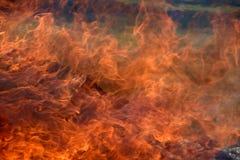Caixas militares de madeira ardentes da munição A chaminé ardendo sem chama Fogo ardente grande foto de stock