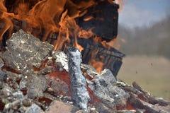 Caixas militares de madeira ardentes da munição A chaminé ardendo sem chama Fogo grande imagem de stock