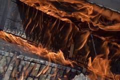 Caixas militares de madeira ardentes da munição A chaminé ardendo sem chama Fogueira 2 imagens de stock royalty free