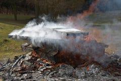 Caixas militares de madeira ardentes da munição Fogo grande A chaminé ardendo sem chama foto de stock royalty free