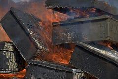 Caixas militares de madeira ardentes da munição Fogueira 2 A chaminé ardendo sem chama fotografia de stock