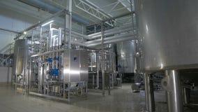 Caixas modernas, brilhantes, armazenamentos de aço inoxidável, encanamento na planta industrial filme