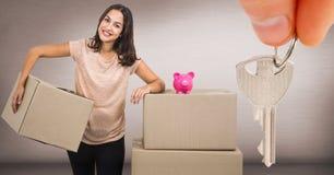 caixas moventes dos povos na casa nova com chave Foto de Stock