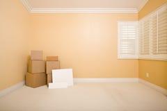 Caixas moventes e sinais em branco no assoalho no quarto Imagens de Stock