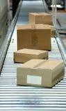 Caixas na correia transportadora foto de stock