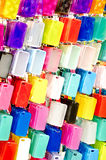 Caixas plásticas multicoloridos do telefone celular em ganchos Foto de Stock Royalty Free