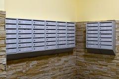 Caixas postais cinzentas no corredor do prédio de apartamentos Fotos de Stock