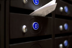 Caixas postais em uma casa de apartamento Número 13 Fotos de Stock Royalty Free