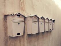Caixas postais velhas em uma parede Fotografia de Stock