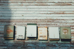 Caixas postais velhas em uma parede Imagem de Stock