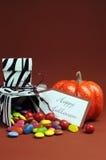 Caixas preto e branco dos doces da zebra da doçura ou travessura de Dia das Bruxas - vertical. Fotografia de Stock Royalty Free