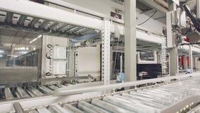 Caixas que movem sobre transportes em um grande armazém automatizado vídeos de arquivo