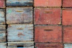 Caixas velhas coloridas da maçã em uma pilha fotografia de stock
