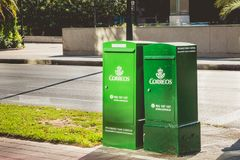 Caixas verdes do correio da empresa Correos Foto de Stock