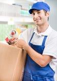 Caixeiro das vendas com caixa de cartão Fotografia de Stock