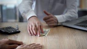 Caixeiro de banco que dá o crédito nos dólares, despesa pessoal do cliente, depósito, economias imagem de stock