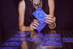 Caixeiro de fortuna que prevê o futuro com cartões de tarô Foto de Stock Royalty Free